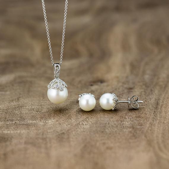 7.5mm White Freshwater Pearl Vintage Earrings image
